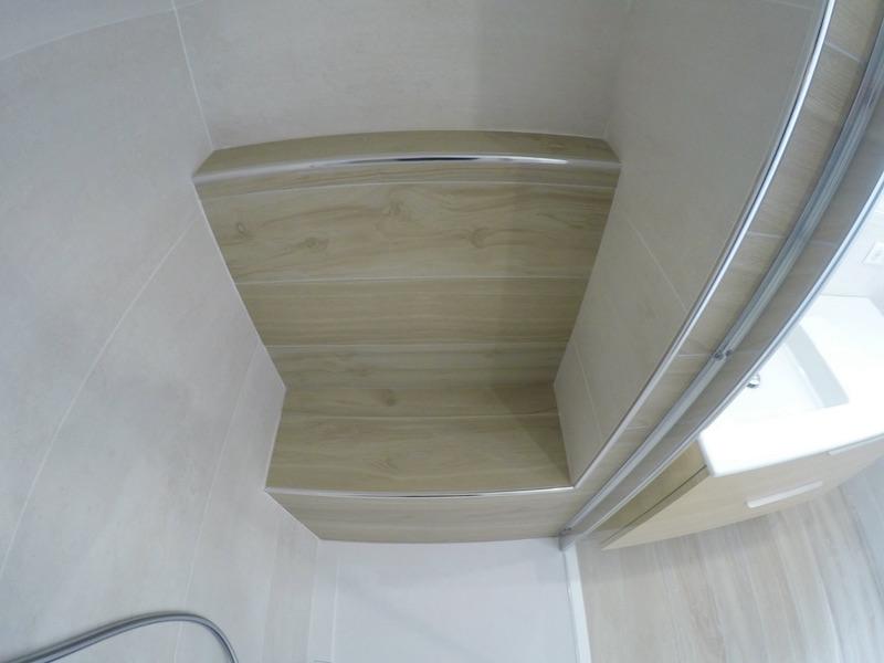 Banc de repos dans l'espace de douche !